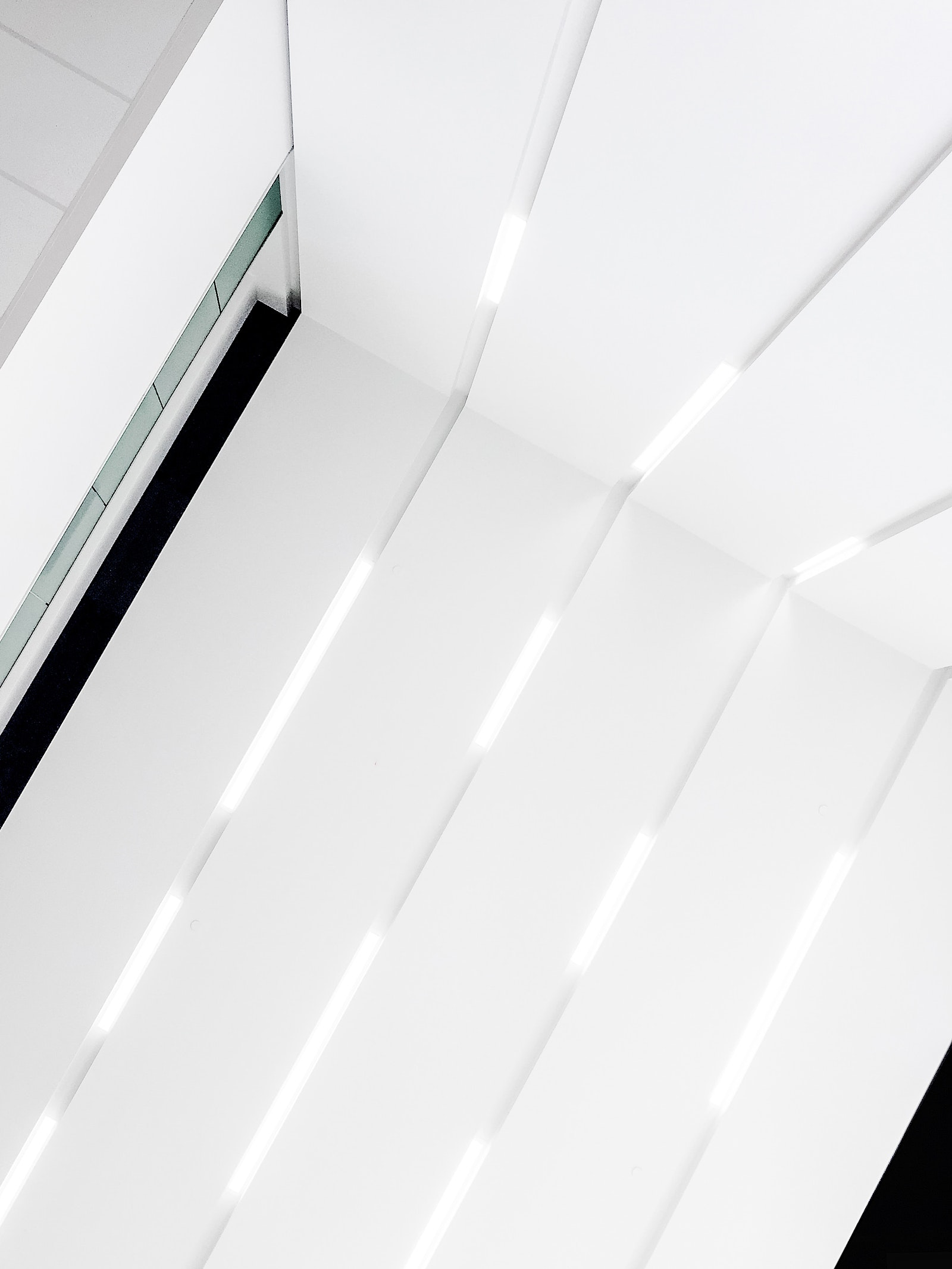 iphone-look-up-ceiling_fnb-ldnont
