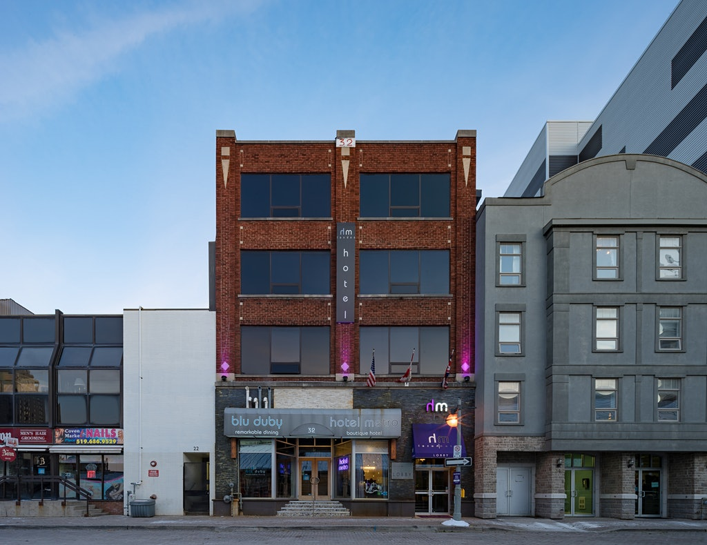 Hotel Metro in London Canada - Architecture Photo standing by the Market